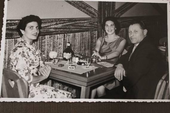 Olga Perlmutter (Mitte), zusammen mit ihrer Schwester Edith und ihrem Schwager Milos